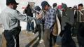 a_oficial_habla_con_un_grupo_de_indocumentados_centroamericanos_detenidos_en_mexico