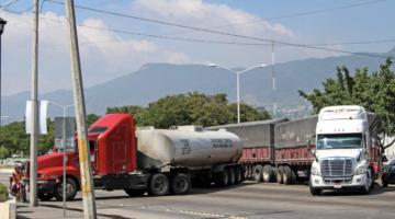 Los transportistas exigen al Congreso mexicanoque se apruebe una iniciativa para que se juzgue el robo de transporte de carga en las autopistas del país como delito federal. El proyecto de ley propone hasta 15 años y que se pueda juzgar en cualquier Estado del territorio.