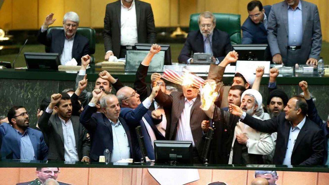 Diputados iraníes queman la bandera de EEUU en el Parlamento