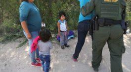 Familia detenida en la frontera