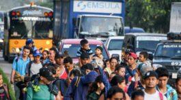La caravana de emigrantes hondureños cruza la frontera con Guatemala