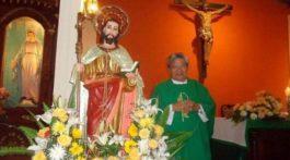 Mujer atacó con ácido a un sacerdote mientras se confesaba