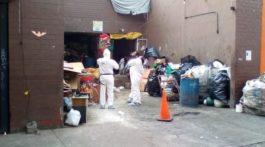 Cuerpo de mujer en bote de basura