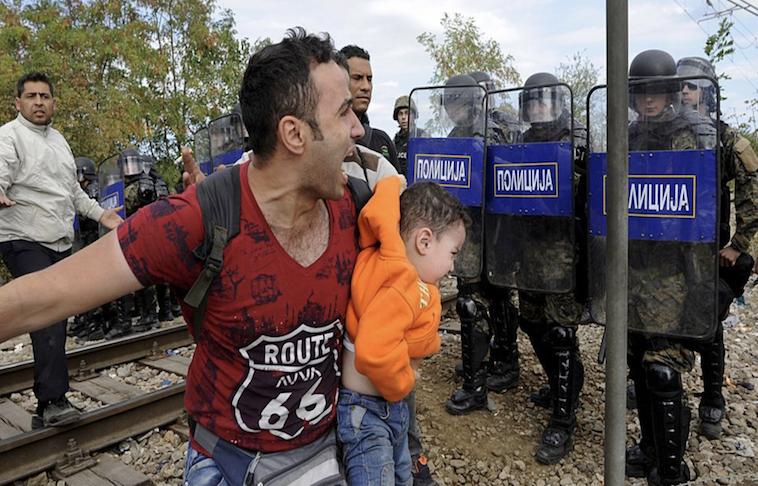 Policía macedonia lanza gases lacrimógenos contra migrantes en frontera con Grecia