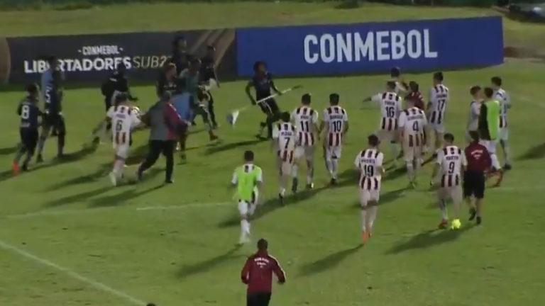 Utilizando el banderín, jugador se defendió de sus rivales