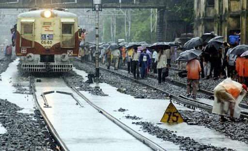 Hombre evitó que una niña fuera arrollada por un tren