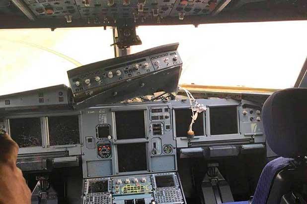 Se rompe cristal de avión a 10.000 metros