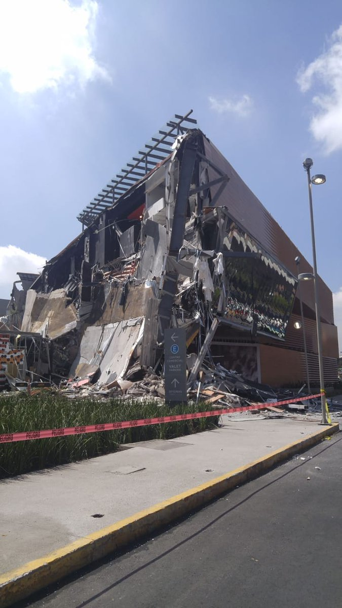 Se derrumba  Plaza Artz en México DF