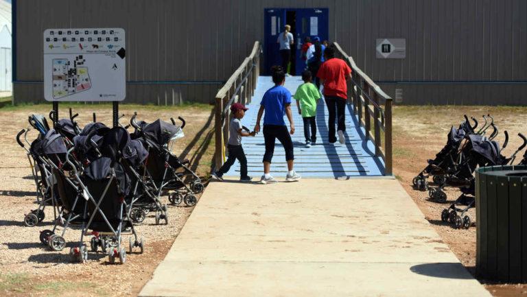 Niños se unirán con padres deportados en la frontera