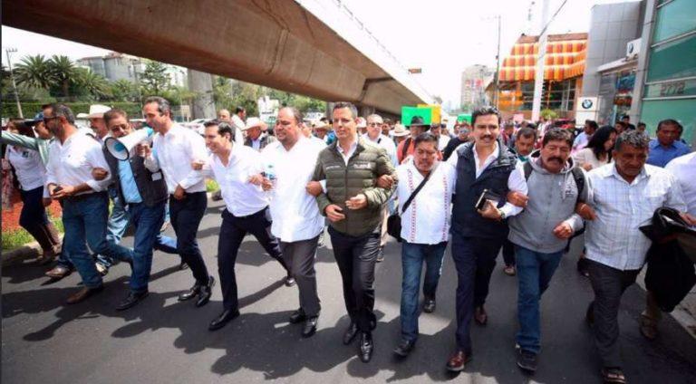 Gobernador de Oaxaca apoya a mezcaleros en manifestación