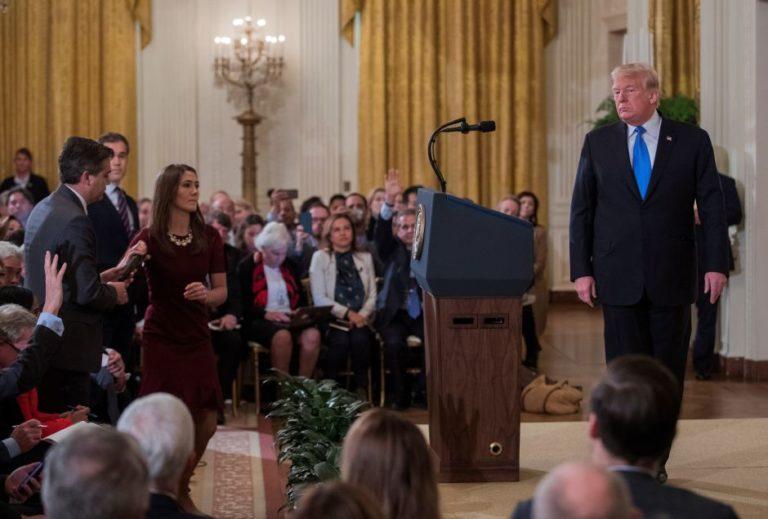 Periodistas exigen que Casa Blanca devuelva credencial a Jim Acosta