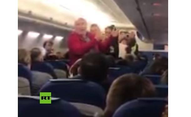 Ancianos expulsados de avión por hablar español