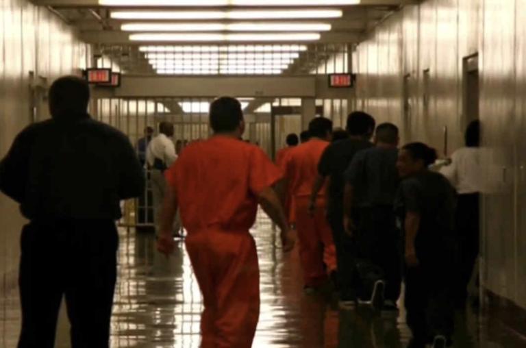 Suben casos de COVID-19 en prisiones de ICE