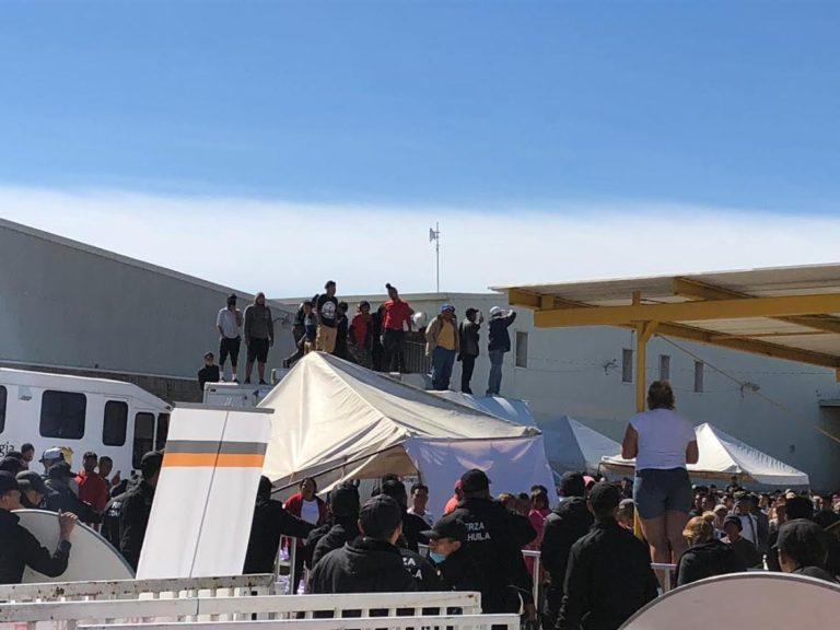 Migrantes se alzan en albergue de Piedras Negras
