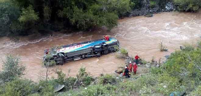 Perú: 3 muertos y 12 desaparecidos en accidente de bus