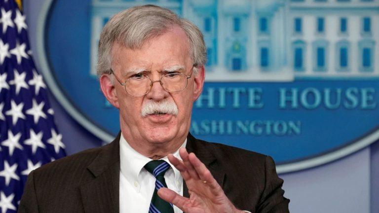 Bolton: militares negocian salida de Maduro