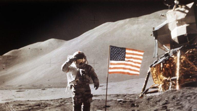 """Mike Pence: """"Usa irá a la luna en 5 años"""""""