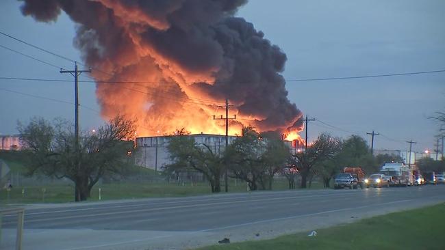 Incendio consume planta petroquímica en Texas