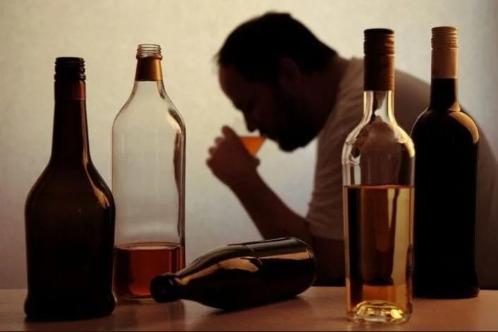 Alcohol adulterado deja 10 muertos en Irán