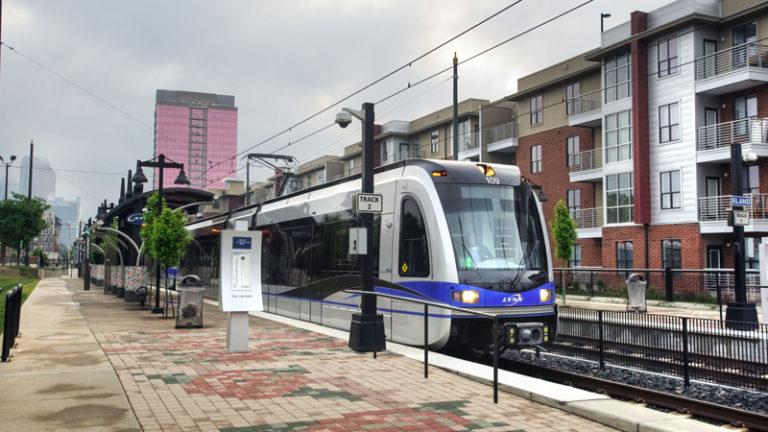 Charlotte pagó $ 1.6 millones más al contratista del tren ligero