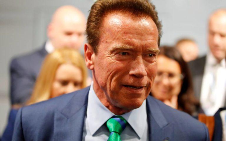 Schwarzenegger promete ayuda a anciana de 102 años