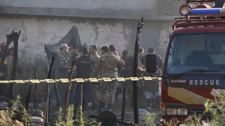 Accidente aéreo deja 17 muertos en Pakistán