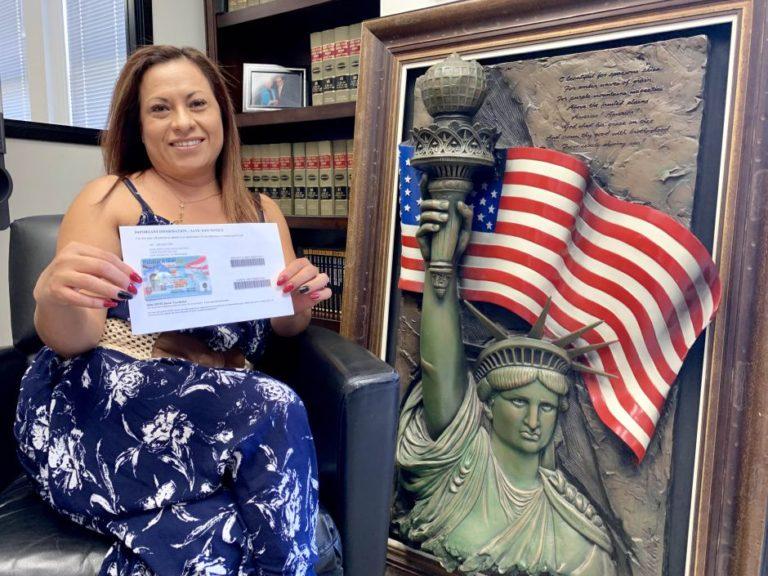 Madre de militar logra residencia pese a intención de Trump