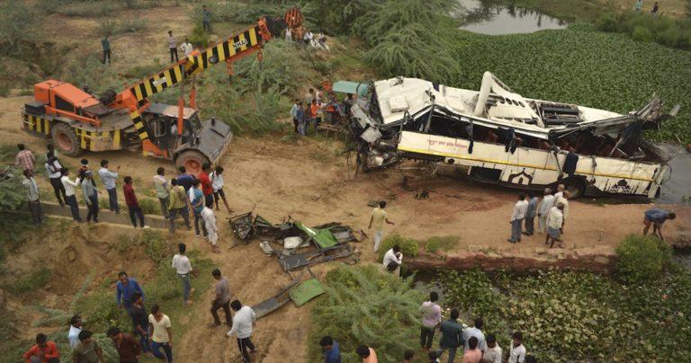 India: 29 muertos tras volcamiento de autobús