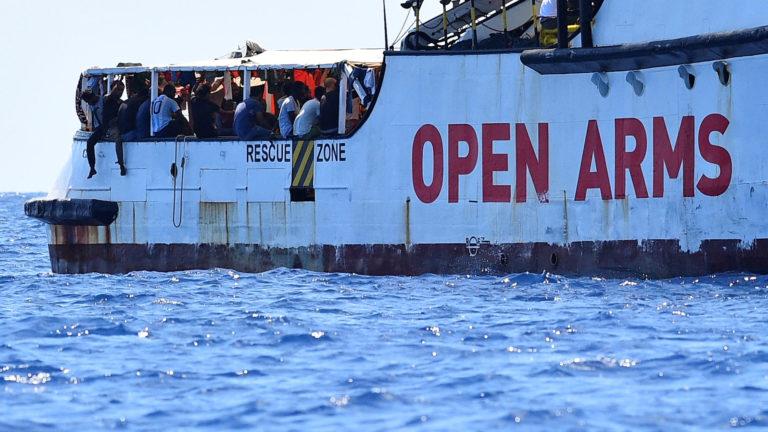 15 de los migrantes del Open Arms van a España