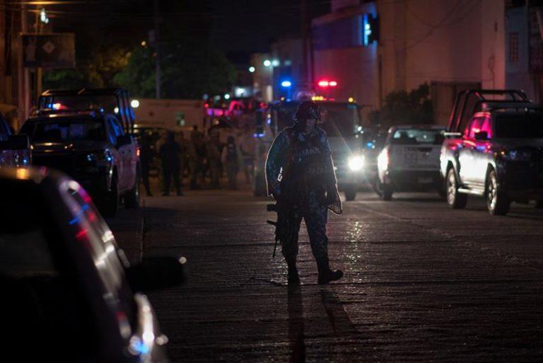 Policías mexicanos asaltan a grupo de inmigrantes cubanos