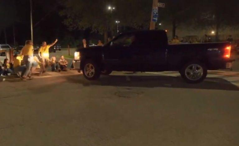 Una camioneta se lanzó hacia una protesta contra ICE