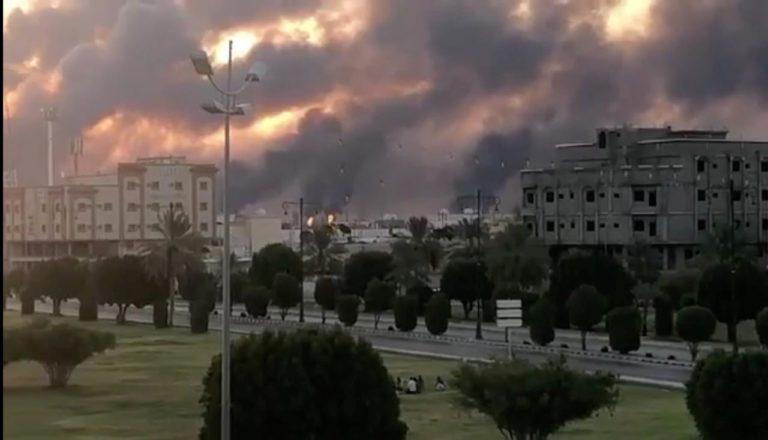 Rebeldes hutíes atacan refinería y campo petrolero saudí