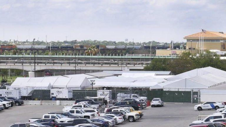 Incertidumbre en audiencias de asilo en carpas en Texas