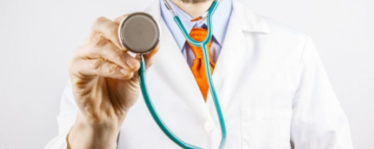 Mejoran finanzas de latinos pero falla la atención médica