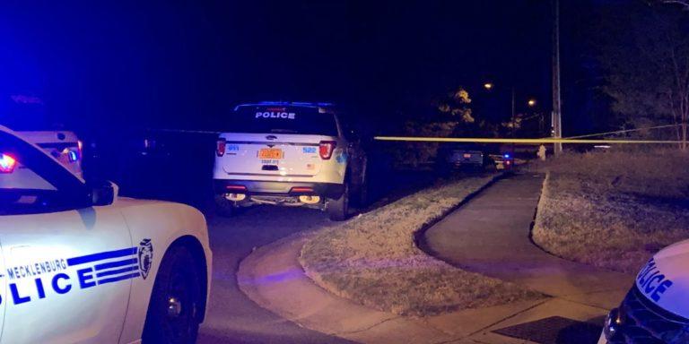 Encontrado hombre muerto de un disparo en el patio de una casa