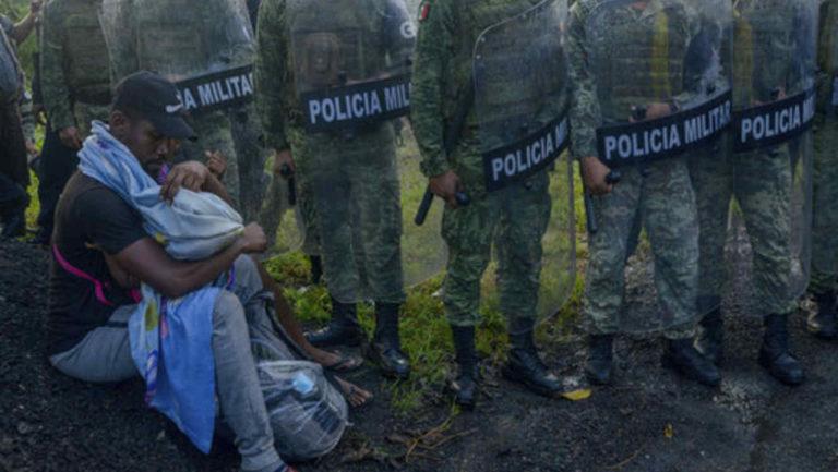 ¡Paso frustrante! Caravana de migrantes hacinados en México