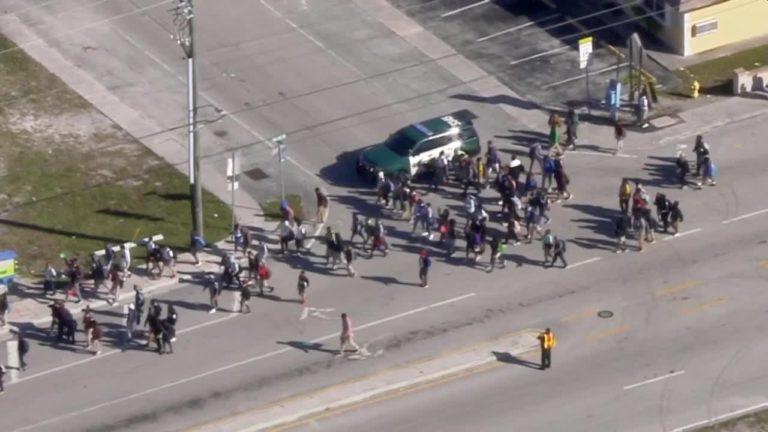 Falsa alarma de bomba obliga a evacuar escuela en Florida