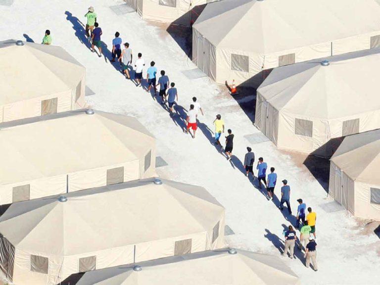 EEUU: Miles de niños permanecen en centros para migrantes