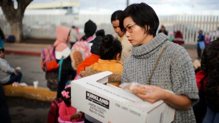 Indocumentados reciben sándwiches de pavo por Thanksgiving