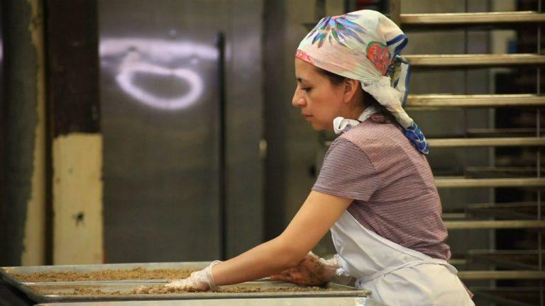 Se mantiene brecha salarial entre mujeres latinas y hombres