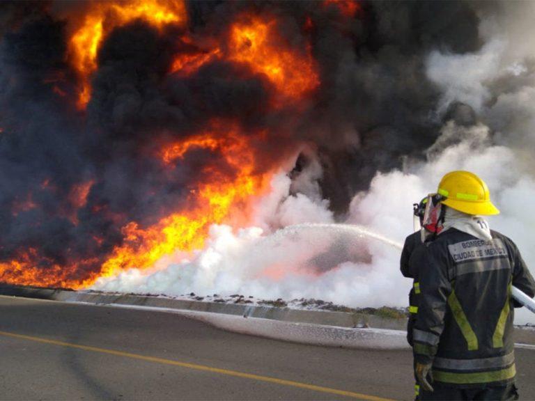 Evacuan comunidad tras incendio en ducto de Pemex