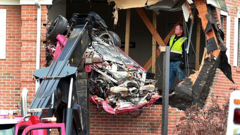 ¡Voló! Porsche se estrelló contra piso dos de un edificio