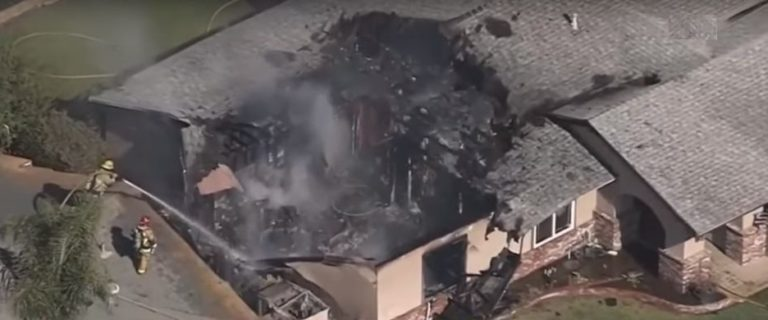 California: Muere piloto en caída de avioneta sobre casa