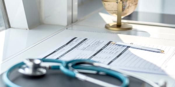 Juez frena requisito de seguro médico para migrantes
