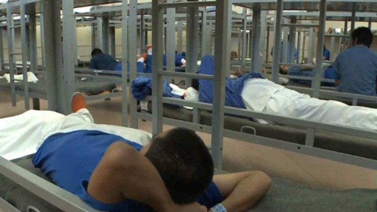 Liberan a 100 inmigrantes por contagio de agente
