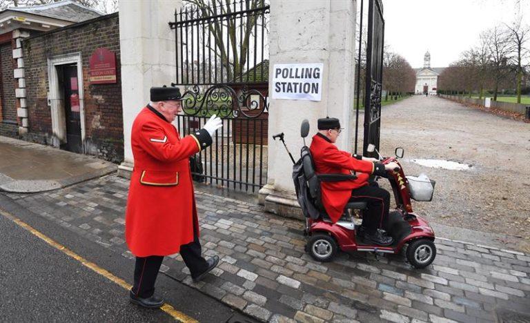 Británicos deciden en las urnas el destino del Brexit