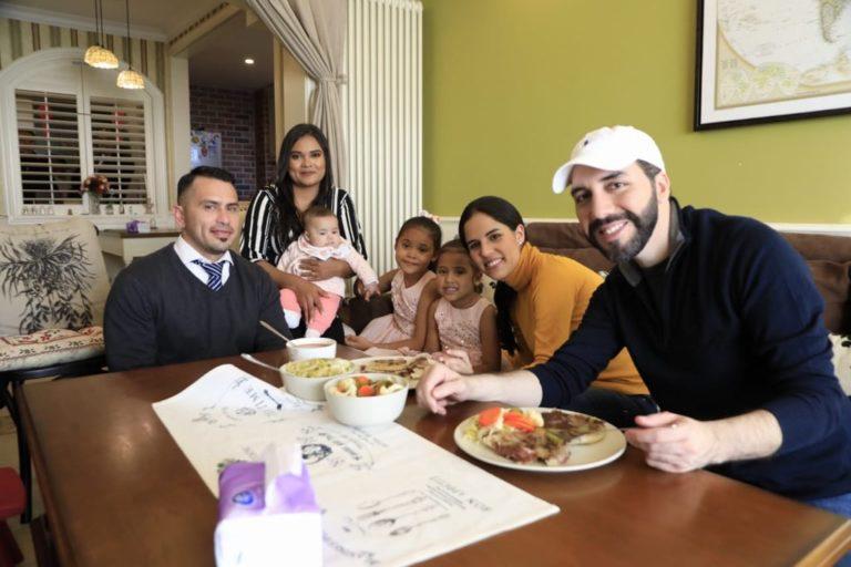 Bukele visitó a familia salvadoreña que vive en China