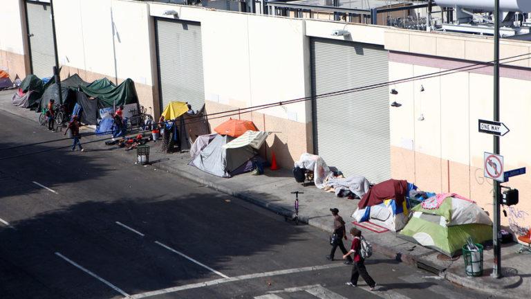 """Trump presiona a California por crisis de los """"homeless"""""""