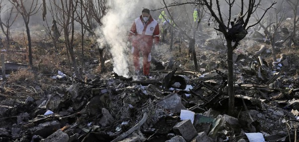 Avión ucraniano con 176 personas a bordo se estrella en Irán