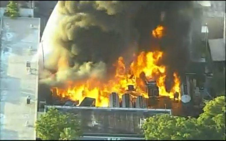 Evacuan edificios por voraz incendio en empresa